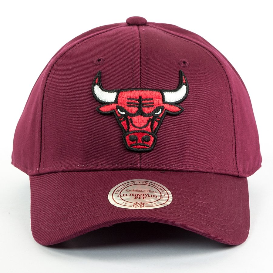 f68bff9dc41 Mitchell and Ness strapback Team Logo Low Pro Chicago Bulls burgundy ...